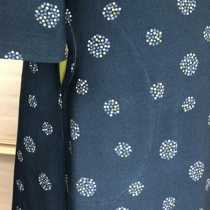 bomuldsjersey blå med prikker, til kjoler, nederdele og bluser.