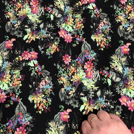 Viskose jersey med blomster buketter på sort bund