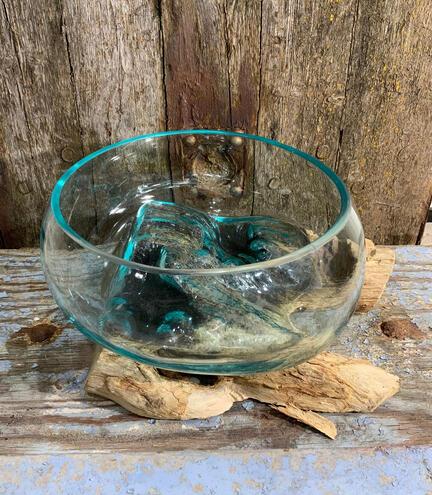 glasskål på trærod waterdrops