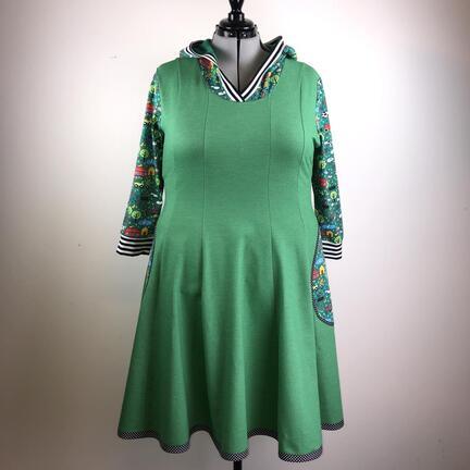 Plussize kjole i denim look bomuldsjersey og stof med bondegårds dyr.
