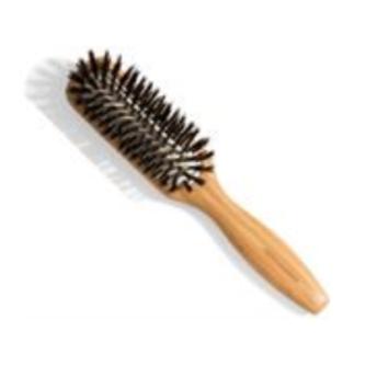 Kevin Murphy Styling Brush Bamboo er en styling børste til dig, som ønsker et styling-redskab som er let at arbejde med. Denne børste er fremstillet af 100 % naturlig bambus, hvilket gør børsten øko-venlig.  Endvidere er børsten ikke kun utrolig let, men
