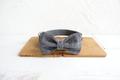 Halsbånd, line og sløjfe i grå med hvide tern og grå bagside 2