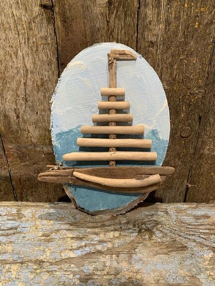 Drivtømmer sejlbåd monteret på træ