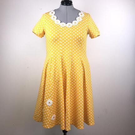 Skøn prikket Yvonne kjole, syes i store størrelser. KJoler i strækstoffer til plussize.