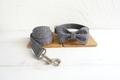 Halsbånd, line og sløjfe i grå med hvide tern og grå bagside 1