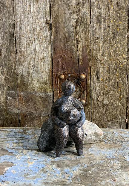 Frodig dame på sten