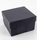 Smykke box-Smart indpakning til smykker som armbånd & Ure  En kvadratisk æske i sort. Der enkelt og elegant pakker dine vare ind