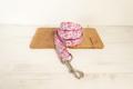 Halsbånd, line og sløjfe med blomsterprint og pink bagside 10
