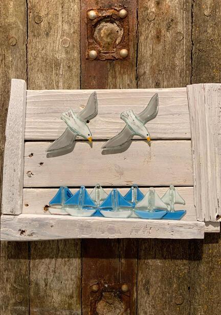 sejlskibe i glas på drivtømmerkunst
