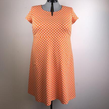 Kjoler med empirsnit til pluspiger, jerseykjoler med empiresnit i stor størrelser. Kjole med prikker i stor størrelser. Orange kjole i stor størrelse.