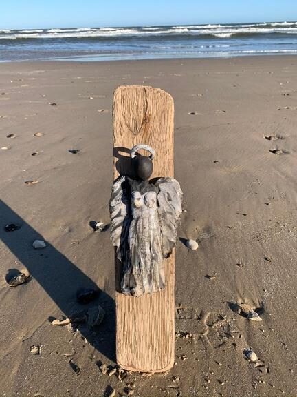 raku engel på drivtømmer. Drivtømmer kunst