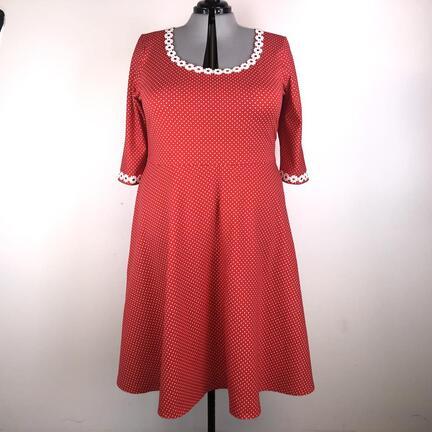 Rød jerseykjole med hvide prikker i str. 5 xl.