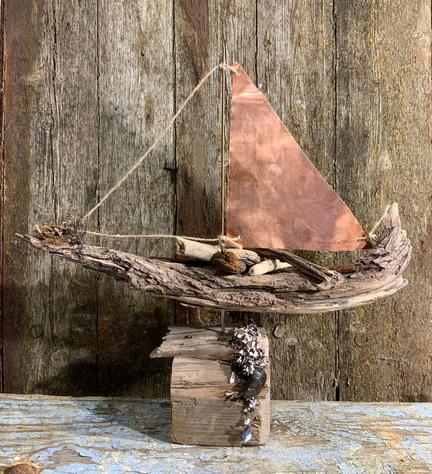 Drivtømmer sejlbåd med kobber sejl